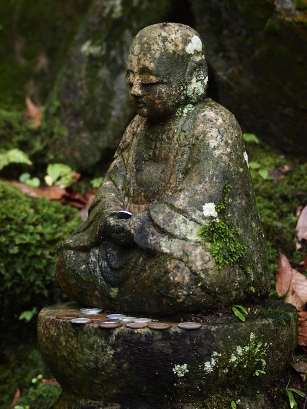 深緑の常寂光寺 石仏 苔