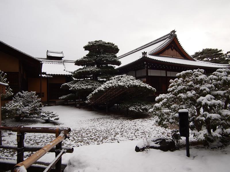 冬の金閣寺、雪化粧 世界遺産 古都京都の文化